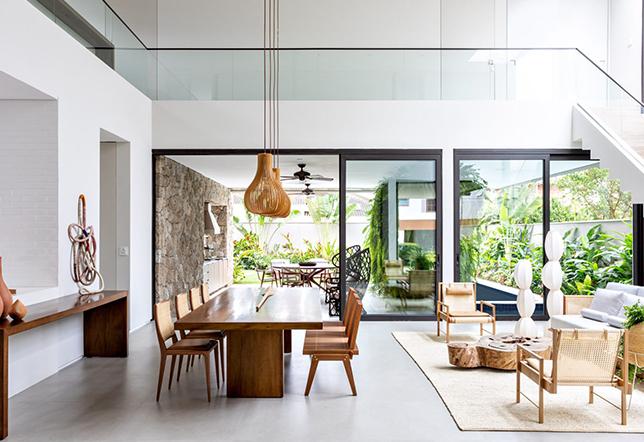 Vidro é destaque em casa litorânea